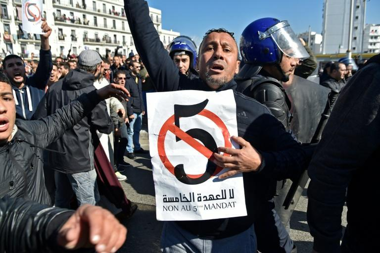 Algerian policemen surround protesters on February 22, 2019 during a demonstration against Bouteflika's candidacy for a fifth term (AFP/RYAD KRAMDI)
