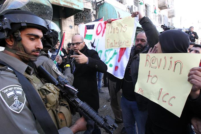 Palestinians hold placards during a demonstration against the visit of Israeli President Reuven Rivlin to attend the dedication ceremony of the Hebron Heritage Museum on February 2, 2015 in the West Bank city of Hebron (AFP Photo/Hazem Bader)