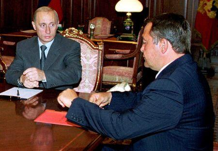 Russian President Vladimir Putin (L) listens during his meeting with Minister for Mass Media Mikhail Lesin (R) in the Kremlin August 28, 2000. REUTERS/Itar Tass