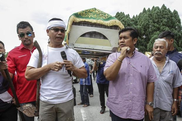 File picture shows Red Shirts leader Datuk Seri Jamal Yunos (left) attempting to carry a coffin into the Selangor state secretariat building on February 14, 2017. — Picture by Yusof Mat Isa