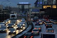 Vehicles on the peripherique, the ring road in Paris on January 4, 2014 (AFP Photo/Bertrand Guay)