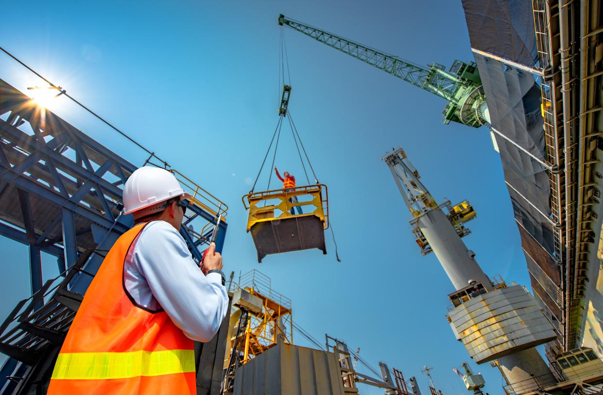 """foreman, supervisor, worker, loading master in works at job site, control to the teamwork by walkie talkie radio for job done in the same direction, working at risk and high level of insurance""""n"""
