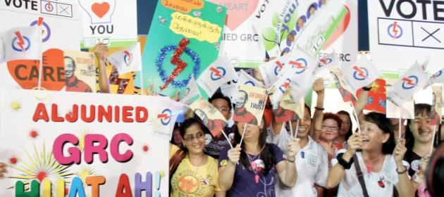 Voters show their support for the PAP. (Yahoo! photo/Alicia Wong)