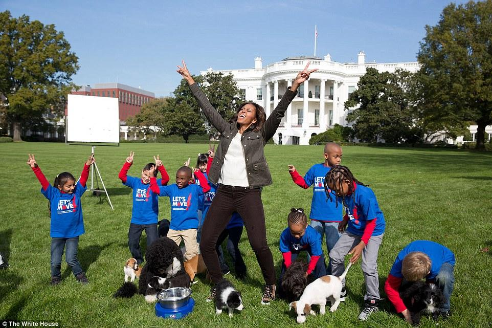 <p>In questo scatto dell'ottobre 2013 l'ex First Lady è nel giardino della Casa Bianca con alcuni bambini e cuccioli di cani per registrare un video per l'Animal Planet Puppy Bowl.<br />(White House / Amanda Lucidon) </p>