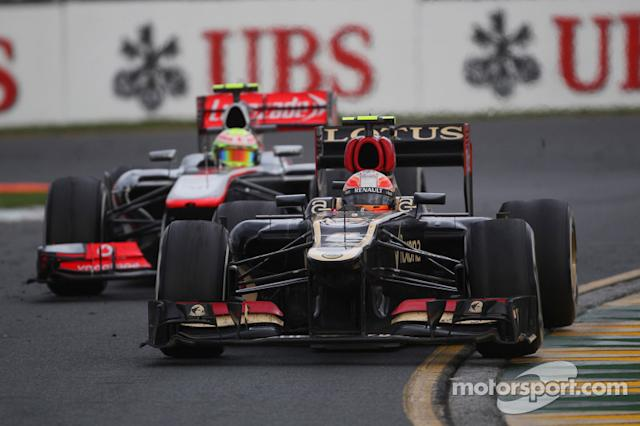 "Romain Grosjean, Lotus F1 E21 y Sergio Pérez, McLaren MP4-28 <span class=""copyright"">XPB Images</span>"