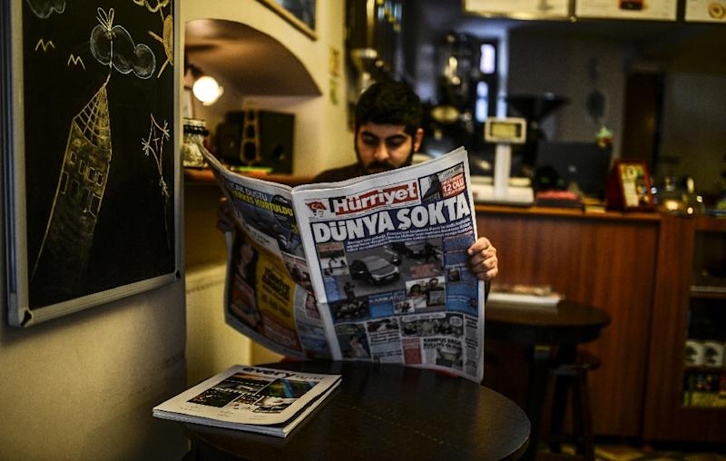 A man reads the Turkish daily Hurriyet newpaper on January 8, 2015 in Istanbul (AFP Photo/Bulent Kilic)