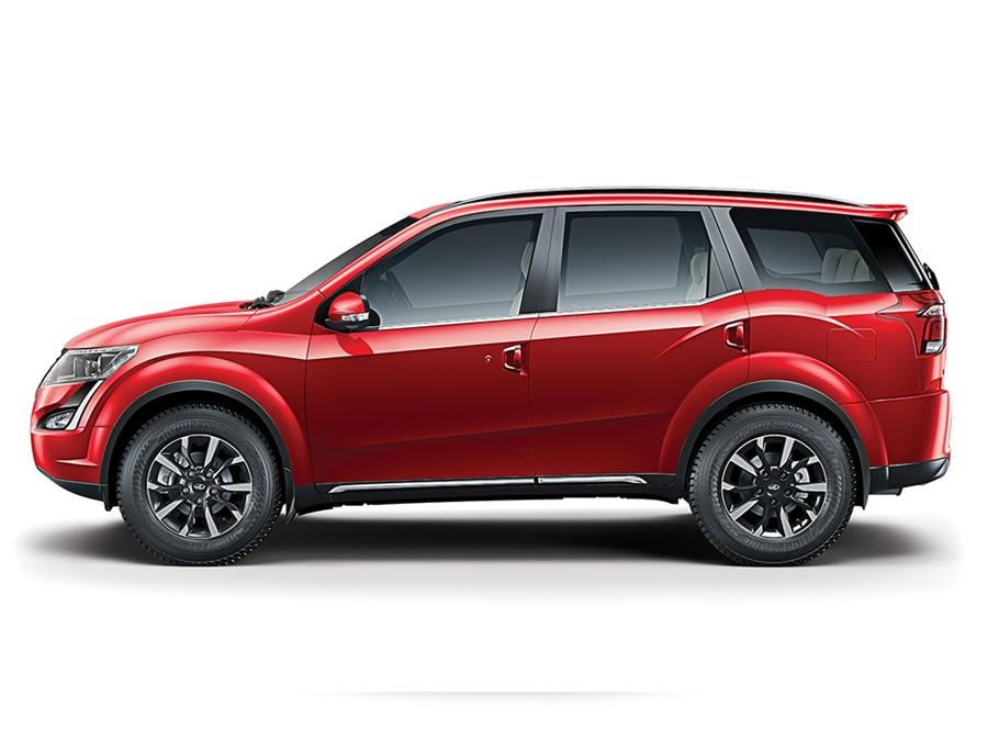 "<strong>Aamir Khan- Mahindra XUV500</strong> Amir Khan has many cars in his fleet but there are some which he keeps secret and which he uses in his day-to-day life as it does not get a lot of attention. One of his ""everyday"" cars is his XUV500 SUV. He uses it every now and then."