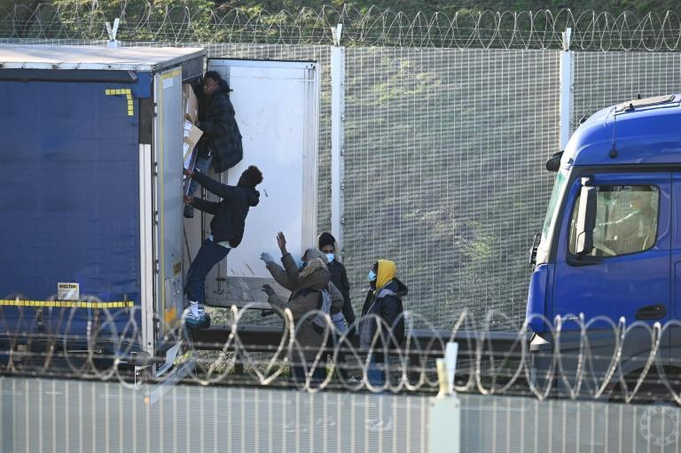 Migrants attempt to board a truck bound for Britain (AFP/DENIS CHARLET)