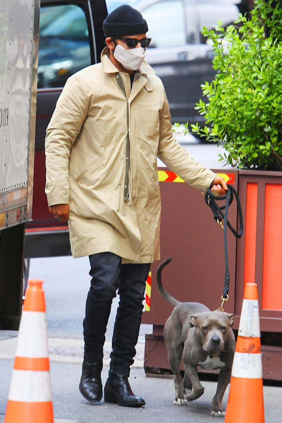<p>Justin Theroux took his beloved dog Kuma for a walk in New York City.</p>