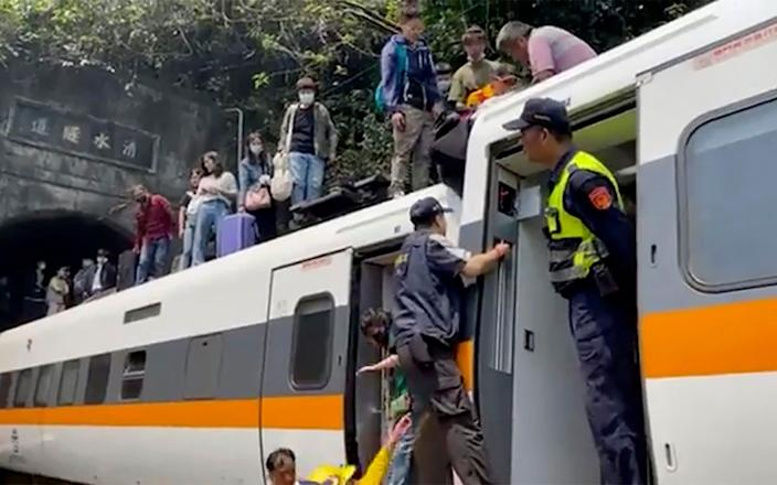 Passengers are helped to climb out of a derailed train in Hualien County - hsnews.com.tw