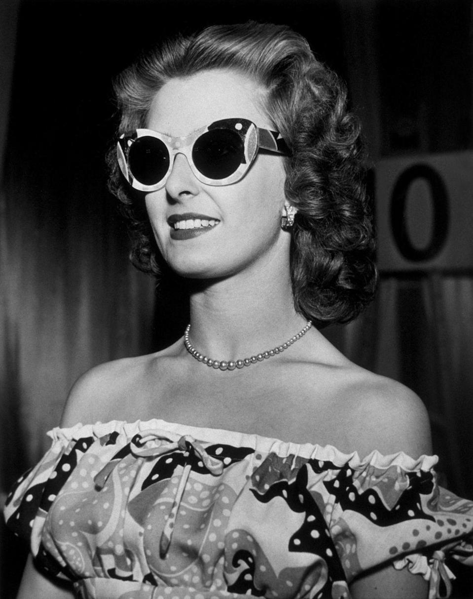 <p>A precursor for the strapless styles of the '50s that followed. </p>