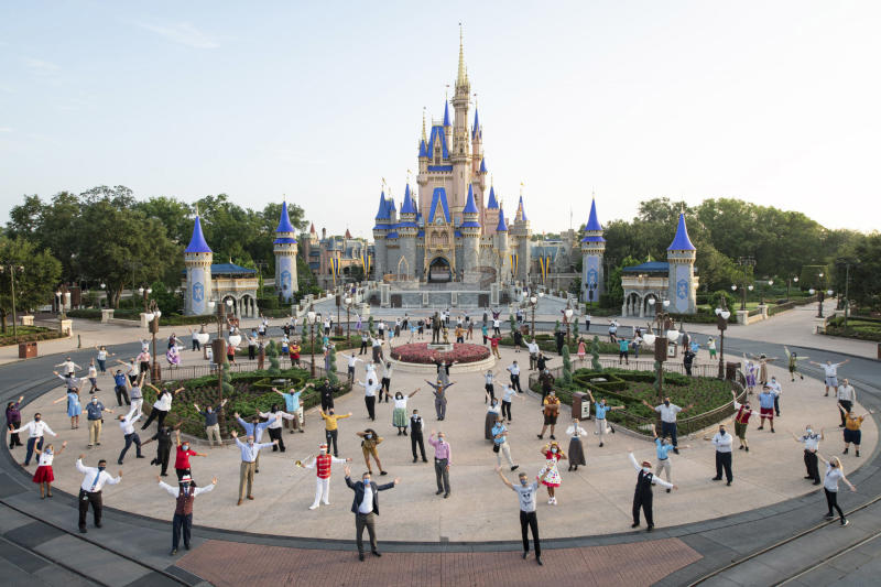 Disney-Angestellte vor dem Magic Kingdom Park am Samstag vor der Wiedereröffnung. (Bild: David Roark/Walt Disney World Resort via Getty Images)