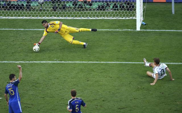 Argentina's goalkeeper Sergio Romero stops a goal attempt by Germany's Thomas Mueller (R) during their 2014 World Cup final at the Maracana stadium in Rio de Janeiro July 13, 2014. REUTERS/Fabrizio Bensch (BRAZIL - Tags: SOCCER SPORT WORLD CUP)