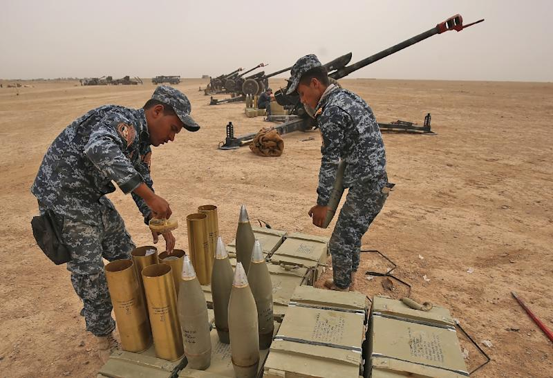Iraqi forces prepare their weapons outside the town of Sharqat on September 20, 2017 in readiness for their offensive against the Islamic State group enclave of Hawija (AFP Photo/AHMAD AL-RUBAYE)