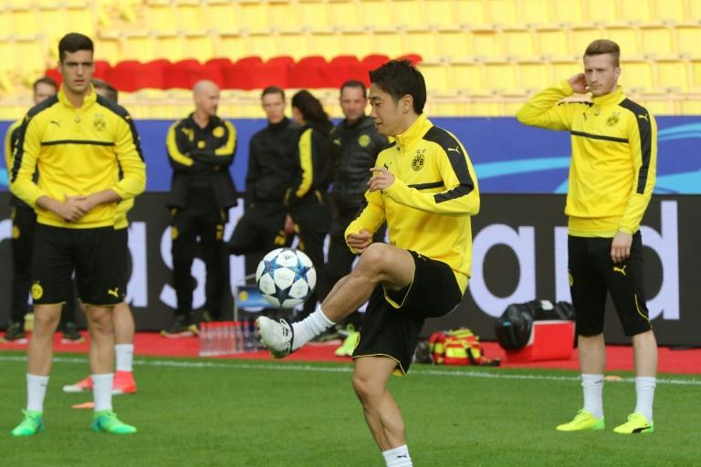 """Dortmund's Shinji Kagawa (C) takes part in a training session on the eve of the UEFA Champions League football match Monaco vs Dortmund on April 18, 2017 at the """"Louis II Stadium"""" in Monaco"""