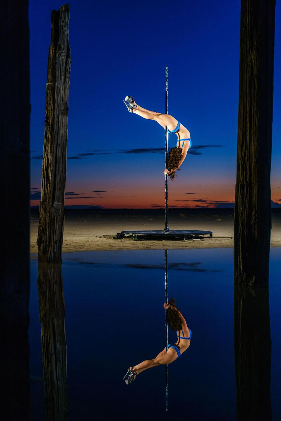<p>Model Amy Connolly dances on a pole against a beautiful starry backdrop. (Photo: Casey Grimley/Caters News) </p>