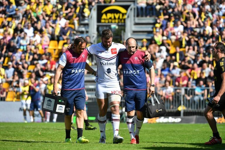 Bordeaux's Marco Tauleigne (C) is helped off the pitch during their match against La Rochelle on April 08, 2017
