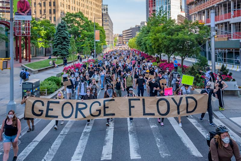 Manifestanti protestano a Brooklyn dopo la morte di George Floyd (Photo by Erik McGregor/LightRocket via Getty Images)