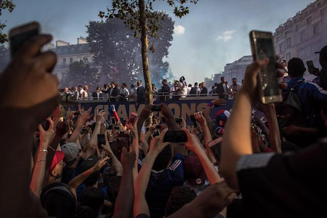 PIL02. Paris (France), 16/07/2018.- French supporters take photos and greet the France's national soccer team players as they stand on the rooftop of a bus during a parade down the Champs-Elysee avenue in Paris, France, 16 July 2018. France won 4-2 the FIFA World Cup 2018 final against Croatia in Moscow, on 15 July. (Croacia, Mundial de Fútbol, Moscú, Francia) EFE/EPA/ROMAN PILIPEY