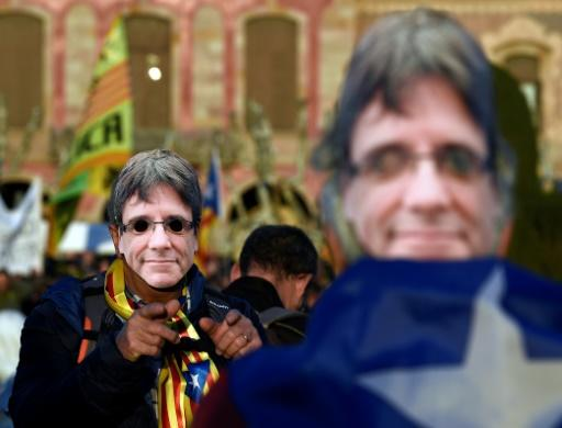 Demonstranten mit Puigdemont-Maske in Barcelona