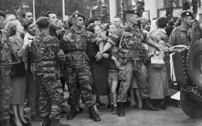 Paratroops in camouflage hold back the crowds of European settlers in Algiers, 1961 - UPI PHOTO