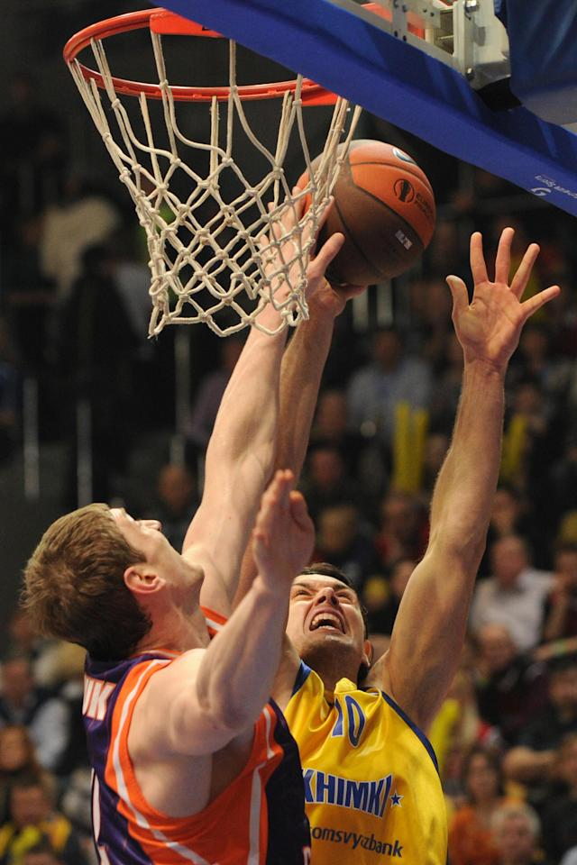 Valencia's Serhiy Lishchuk vies with BC Khimki's Kresimir Loncar (R) during the Eurocup final basketball match between BC Khimki and Valencia in Khimki, outside Moscow on April 15, 2012. AFP PHOTO / KIRILL KUDRYAVTSEV (Photo credit should read KIRILL KUDRYAVTSEV/AFP/Getty Images)