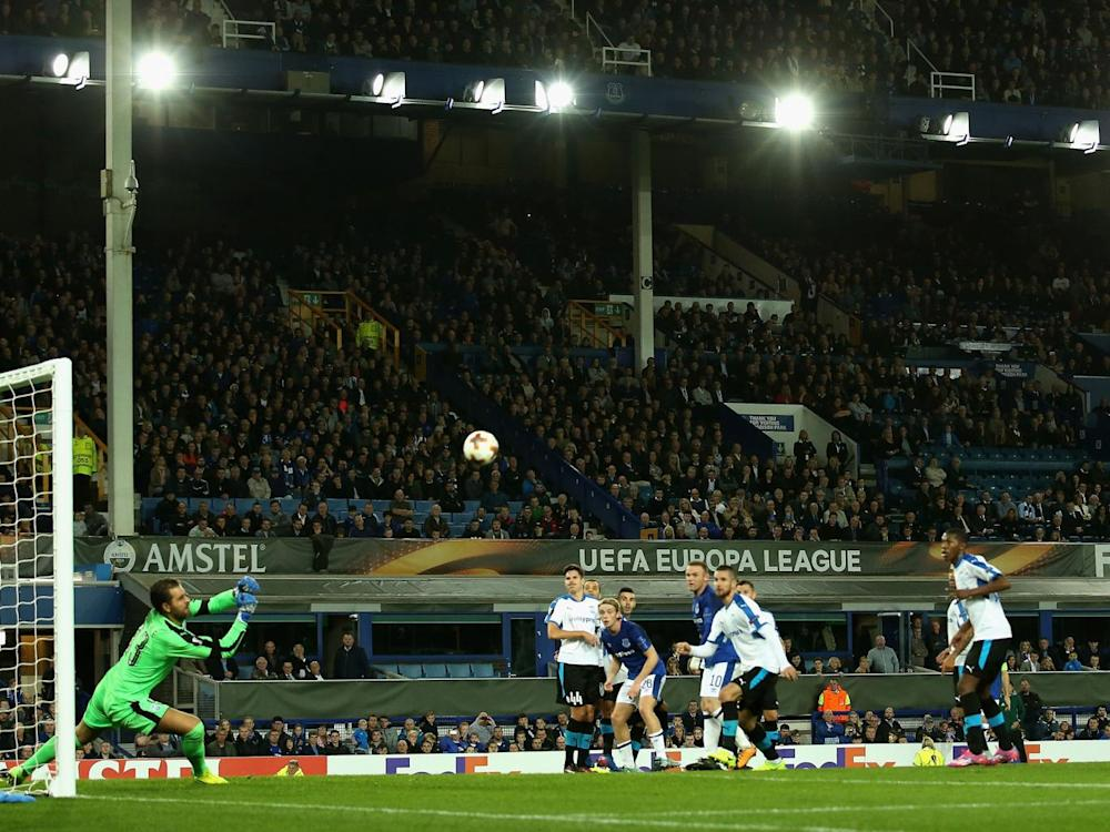 An Everton free-kick is saved by Esteves do Vale (Getty)
