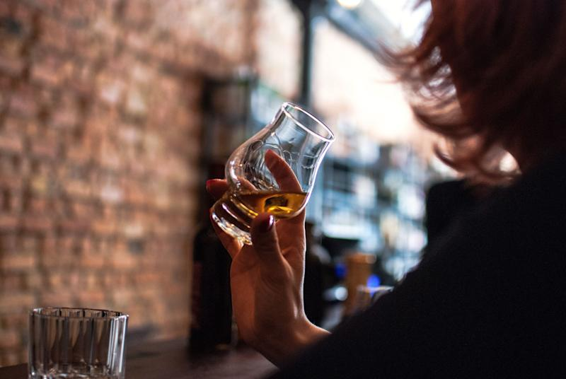 Women's sexual arousal can also suffer from too much alcohol. (Photo: Erik Witsoe / EyeEm via Getty Images)