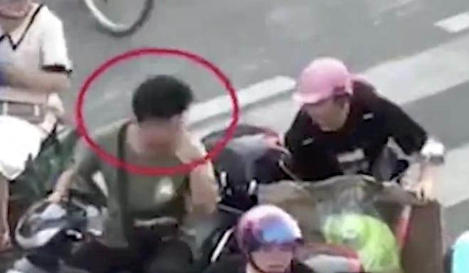 Who me? A scooter rider reacts as he is told to put on his helmet at an intersection in Putian, Fujian province, in footage apparently filmed by a passer-by. Photo: Weibo