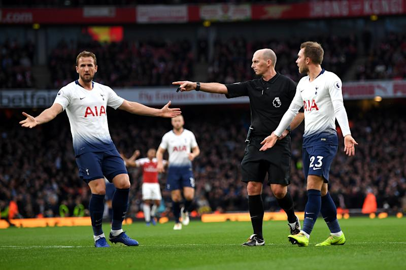 LONDON, ENGLAND - DECEMBER 02: Match Referee Mike Dean awards a penalty to Tottenham Hotspur as Harry Kane and Christian Eriksen of Tottenham Hotspur react during the Premier League match between Arsenal FC and Tottenham Hotspur at Emirates Stadium on December 1, 2018 in London, United Kingdom. (Photo by Shaun Botterill/Getty Images)