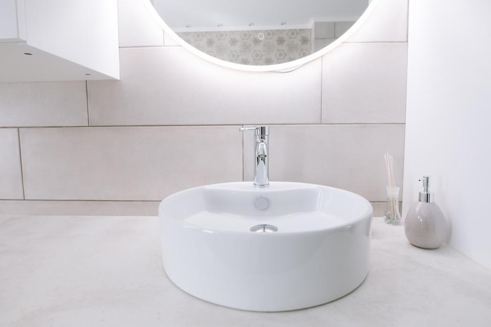 """<h1 class=""""title"""">Minimalist bathroom with sink and mirror. Mirror with led backlight</h1><cite class=""""credit"""">Anton Minin</cite>"""
