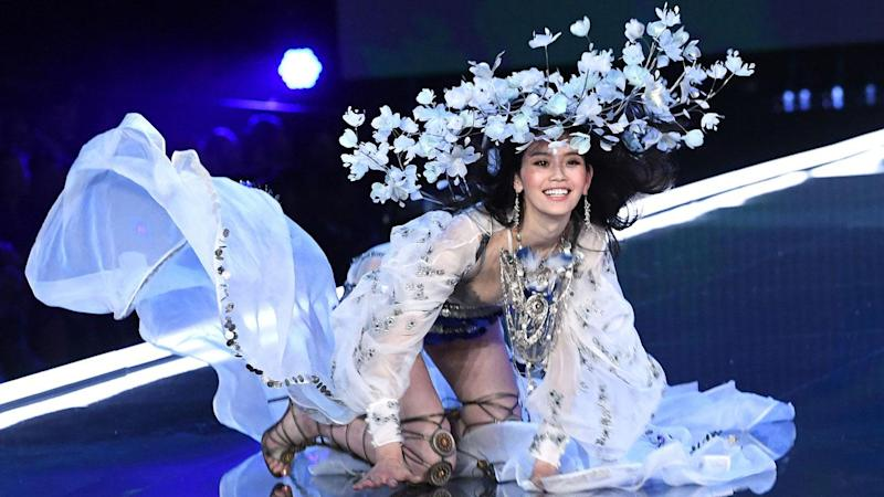 Victoria's Secret Model Ming Xi Falls on Runway, Angel Comes to Her Aid