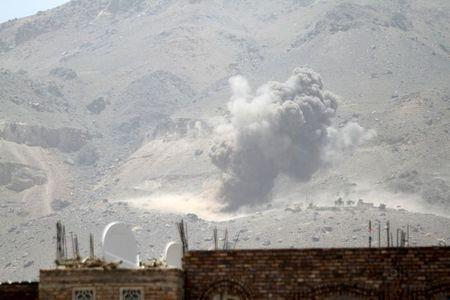 Smoke billows from a Noqum mountain after it was hit by an air strike in Yemen's capital Sanaa May 19, 2015. REUTERS/Mohamed al-Sayaghi