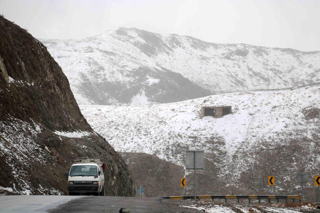 CMN01. Chaman (Pakistan), 20/01/2019.- A view of snow on mountains near the Afghan border in Chaman, Pakistan, 20 January 2019. Reports state that many cities in Pakistan are experiencing unusual cold weather conditions during which regular daytime temperatures fall below zero degree Celsius in wide parts of the country. EFE/EPA/AKHTER GULFAM