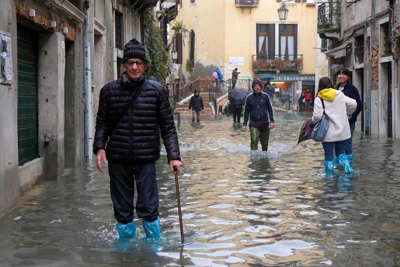 <strong>People moving around Venice during the flooding&nbsp;</strong> (Photo: Manuel Silvestri / Reuters)