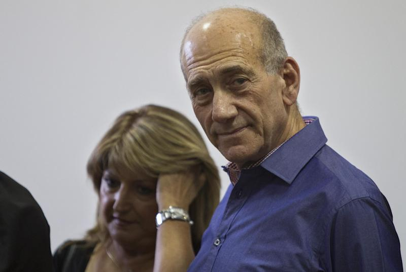Former Israeli Prime Minister Ehud Olmert, right, stands by his former aid Shula Zaken he attends the sentence hearing in a corruption case, at Jerusalem's District Court, Monday, Sept. 24, 2012. Olmert cleared a major hurdle toward a possible return to politics on Monday, receiving an unexpectedly light sentence for his role in a corruption case that forced him from office. (AP Photo/Sebastian Scheiner, Pool)