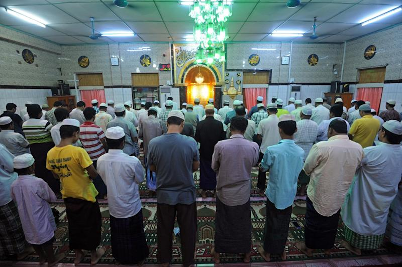 Myanmar Muslims pray during the start of the holy month of Ramadan in Yangon on June 30, 2014 (AFP Photo/Soe Than WIN)