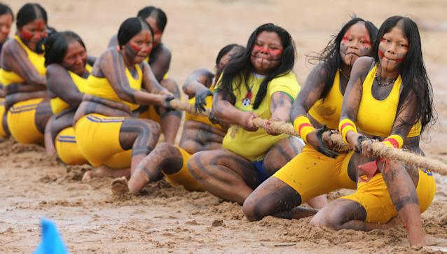 Members of the Brazilian Kaypo Mekrangnoti indigenous ethnic group compete in a tug-of-war competition during the XII Games of the Indigenous People, in Cuiaba November 12, 2013. Forty eight Brazilian Indigenous tribes will present their cultural rituals and compete in traditional sports such as archery, running with logs and canoeing during the XII Games of Indigenous People which will run until November 16. REUTERS/Paulo Whitaker (BRAZIL - Tags: SPORT SOCIETY)