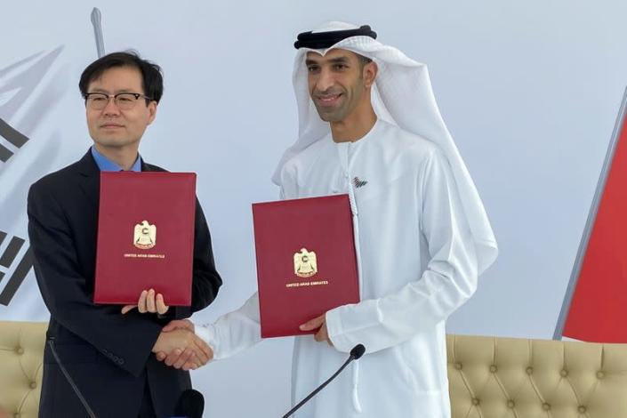 South Korean Trade Minister Yeo Han-koo and United Arab Emirates Minister of State for Foreign Trade Thani Al Zeyoudi shake hands in Dubai