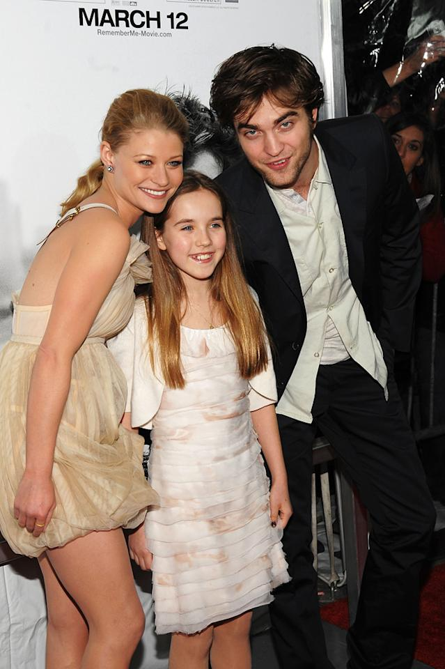 "<a href=""http://movies.yahoo.com/movie/contributor/1804033916"">Emilie de Ravin</a>, Ruby Jerins and <a href=""http://movies.yahoo.com/movie/contributor/1808623206"">Robert Pattinson</a> at the New York City premiere of <a href=""http://movies.yahoo.com/movie/1810076910/info"">Remember Me</a> - 03/01/2010"