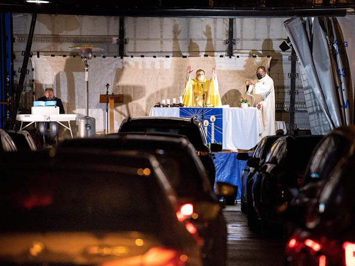 priest leads service christmas 2020 cars