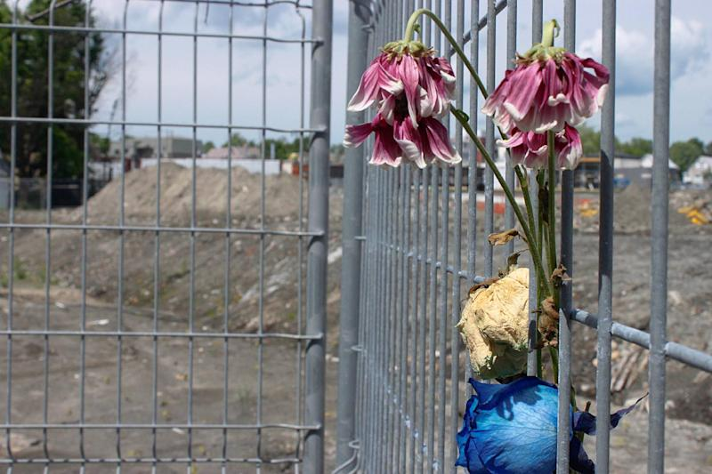 Flowers left on a construction fence in Lac-Megantic, Quebec, Canada on June 17, 2014 (AFP Photo/Clement Sabourin)