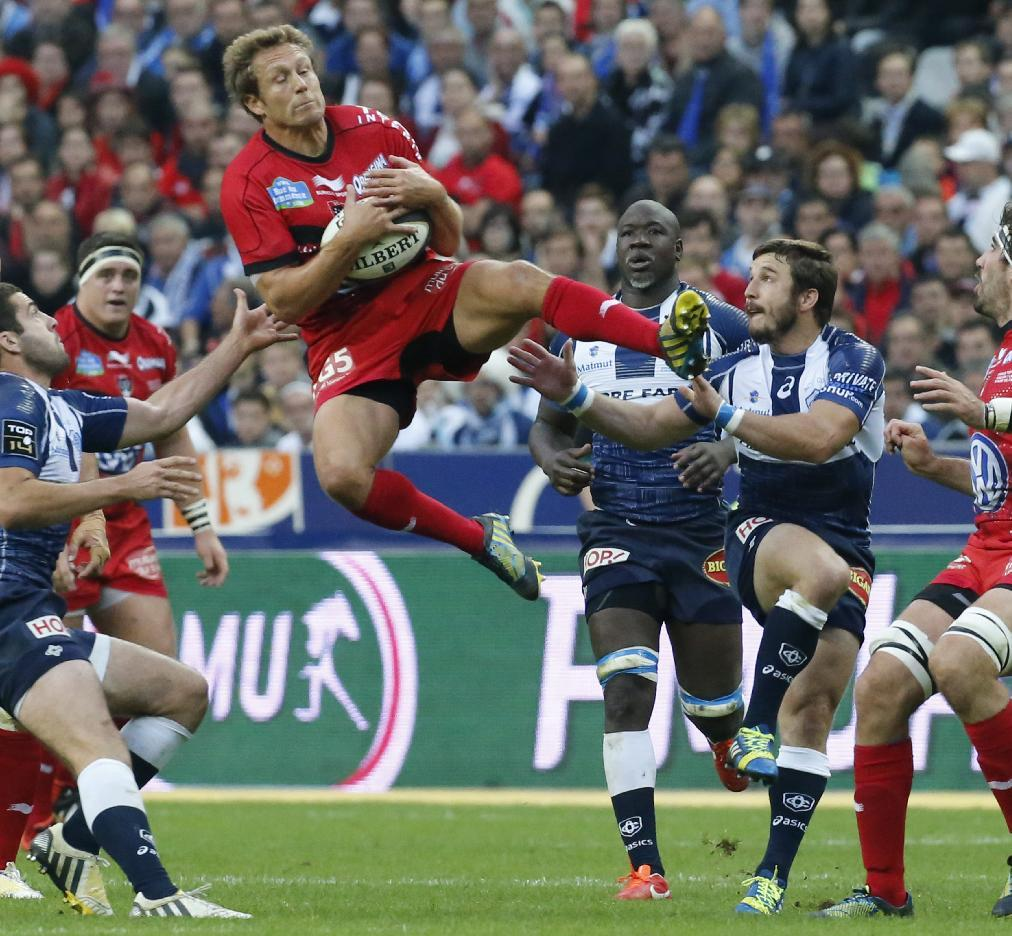 Toulon's Jonathan Wilkinson, center, jump to holding the ball, during their Top 14 final rugby match against Castres, at Stade de France stadium in Saint Denis, north of Paris, France, Saturday, June 1 2013. (AP Photo/Jacques Brinon)