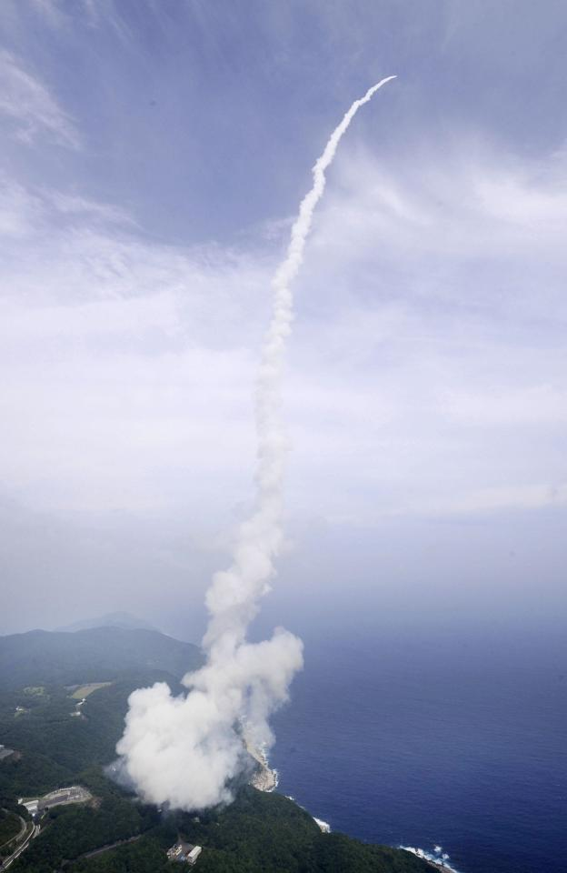 An Epsilon rocket blasts off into space from the launching pad at the Uchinoura Space Center in Kimotsuki town, Kagoshima prefecture, in this photo taken by Kyodo September 14, 2013. Japan's first new rocket in 12 years lifted off on Saturday, after two setbacks last month, keeping alive hopes that the country may eventually be able to enter the growing, multi-billion dollar satellite launch industry. Mandatory Credit. REUTERS/Kyodo (JAPAN - Tags: SCIENCE TECHNOLOGY POLITICS) ATTENTION EDITORS - FOR EDITORIAL USE ONLY. NOT FOR SALE FOR MARKETING OR ADVERTISING CAMPAIGNS. THIS IMAGE HAS BEEN SUPPLIED BY A THIRD PARTY. IT IS DISTRIBUTED, EXACTLY AS RECEIVED BY REUTERS, AS A SERVICE TO CLIENTS. MANDATORY CREDIT. JAPAN OUT. NO COMMERCIAL OR EDITORIAL SALES IN JAPAN. YES