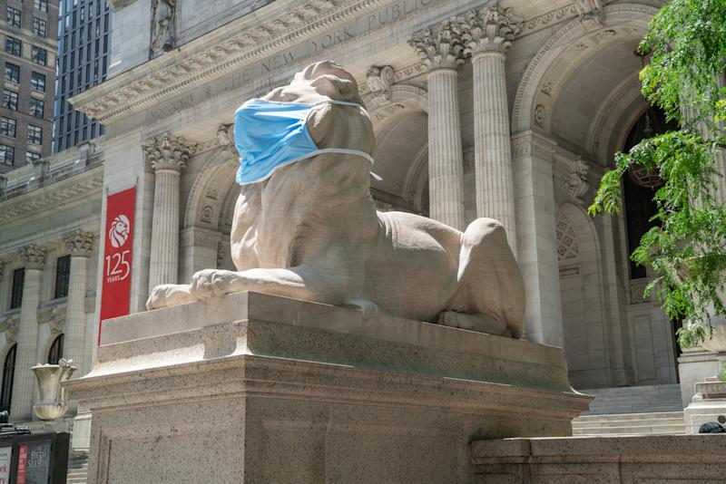 Patience and Fortitude, the marble lions at the New York Public Library wear face masks during the coronavirus pandemic. (Photo: Jonathan Blanc/NYPL)
