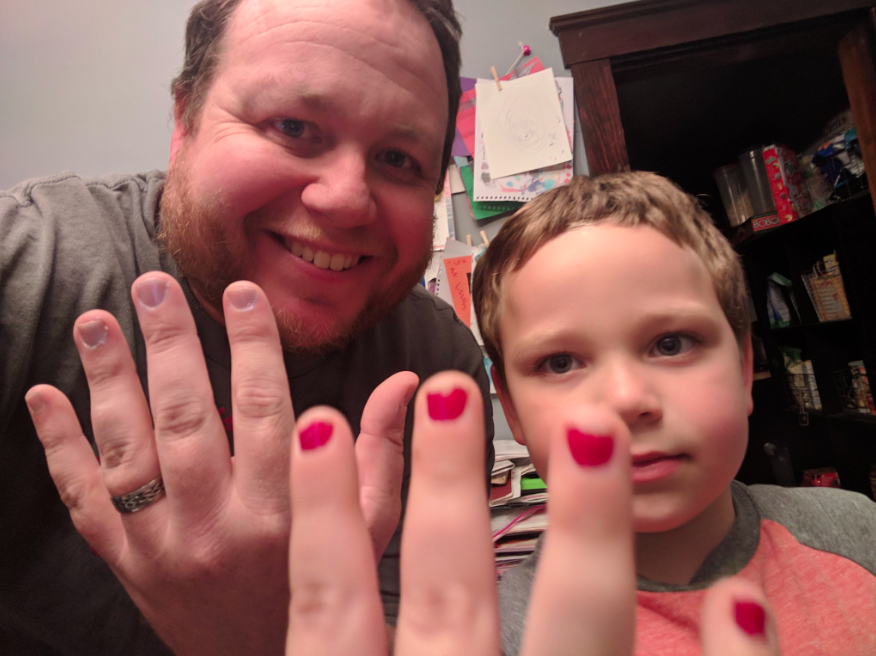 Dad, Aaron Gouveia, had something to say to the kids who bullied his son for wearing nail varnish [Photo: Twitter/DaddyFiles]