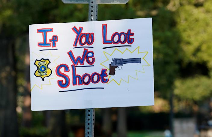 <p>A hand-made sign warns off looters in a neighborhood flooded by Harvey in Houston, Texas, Aug. 31, 2017. (Photo: Rick Wilking/Reuters) </p>