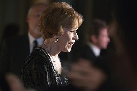 REFILE - CORRECTING NAME OF AWARD Carol Burnett talks to reporters as she arrives on the red carpet before being presented the 2013 Mark Twain Prize for American Humor at the Kennedy Center in Washington, October 20, 2013. REUTERS/Jonathan Ernst