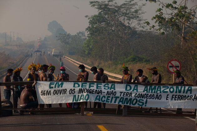 """Kayapó indigenous people from the """"Baú"""" and """"Menkragnoti"""" villages, near the city of Novo Progresso, in the south of Pará, Brazil, on August 17, 2020 , block the BR-163 highway in protest against the lack of resources to combat COVID-19, and claiming dialogue by part of the government in the plans of the Ferrogrão, a railway project for transporting grains between connecting the Midwest region to the port of Mirituba, in the north of the state of Pará, on Monday morning, on August 17, 2020. (Photo by Ernesto Carriço/NurPhoto via Getty Images) (Photo: NurPhoto via Getty Images)"""