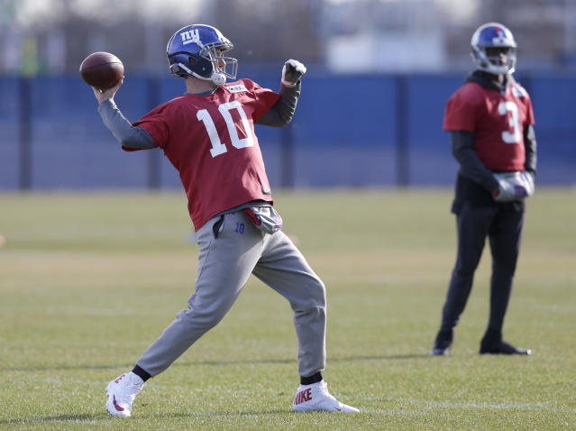 New York Giants quarterback Eli Manning, left, throws while quarterback Geno Smith looks on during an NFL football practice in East Rutherford, N.J., Wednesday, Dec. 6, 2017. (AP Photo/Seth Wenig)
